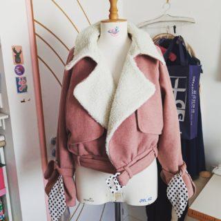 La voici terminée... enfin il me reste les boutonnières et boutons mais je n'ai plus de machine pour les poser 😬  Je suis trop contente du résultat  #makemylemonadepattern #couture #craft #art #moumoutte #lainage #pink #makemylemonade