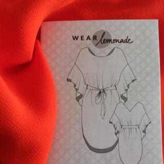 Je profite d'avoir du temps pour coudre tous les projets que j'avais depuis longtemps. Cette fois ci je vais utiliser une crêpe envers satin pour réaliser la jolie robe Farah de #makemylemonade, ça va être sympa.  #tissuupcyclé #tissuhautecouture #orange #farah #wearlemonade #coutureaddict #couture #sewingproject #sewinglove
