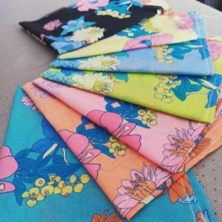 Trop mignonnes 💛, voici mes serviettes de tables terminées. 🦊  #couturedeco #serviettepersonnalisée #couturedebutant #sewingaddict  #blue #retro #rose #blackandcolor
